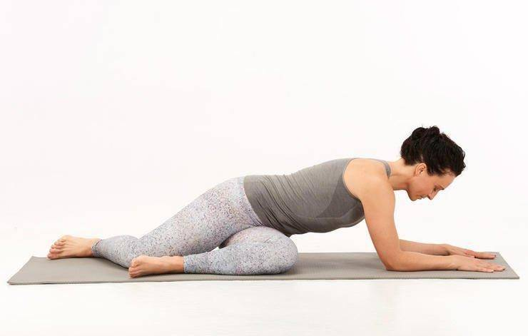 5 鹿式扭转 twisted deer 步骤1:坐在瑜伽垫上,臀部坐骨左右拨开,将图片